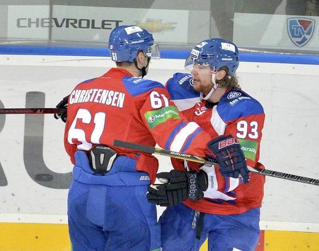 Útočník Jakub Voráček (vpravo) z týmu Lev Praha se raduje společně se spoluhráčem Erikem Christensenem ze vstřelení gólu do sítě Nižného Novgorodu.