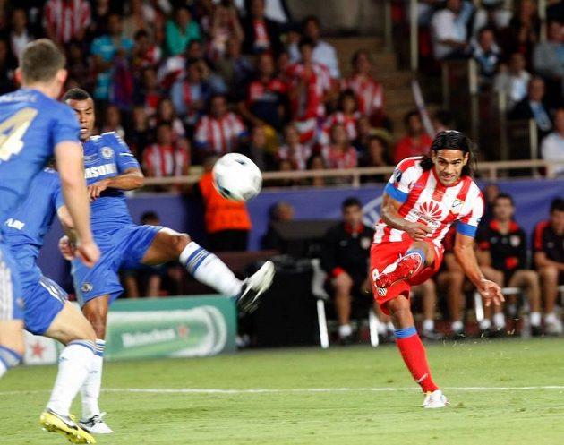 Falcao (vpravo) střílí skrz obranu Chelsea druhý gól Atlétika Madrid.