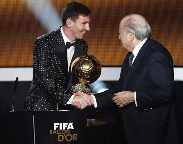 Prezident FIFA Sepp Blatter předává v Curychu Zlatý míč pro nejlepšího fotbalistu roku 2012 Argentinci Lionelu Messimu.