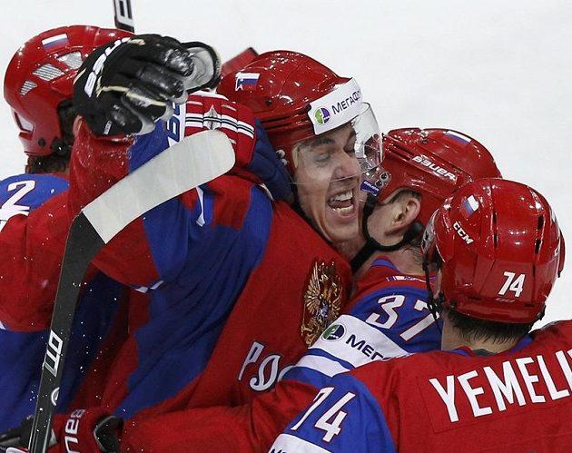 Jevgenij Malkin (uprostřed) prokázal i v semifinále proti Finsku roli kanonýra