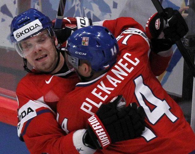 Tomáš Plekanec a Milan Michálek se radují z vyrovnávacího gólu do sítě Lotyšska.