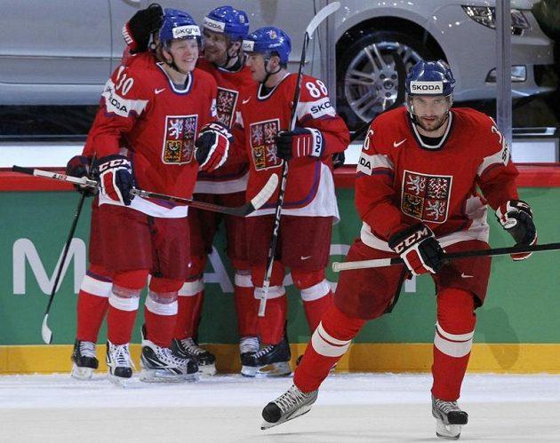 Čeští hokejisté se radují z branky proti Švédsku.