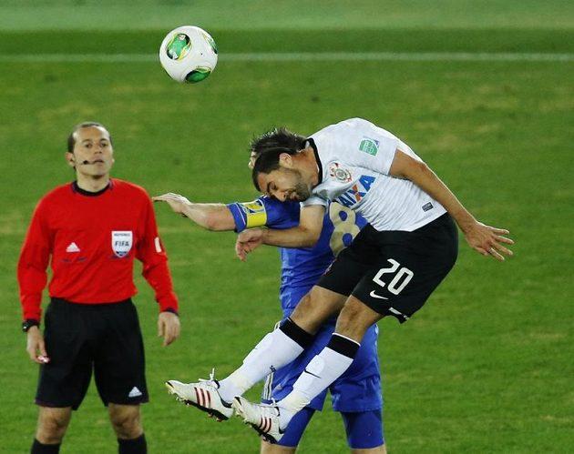 Danillo z Corinthians ve hlavičkovém souboji s Frankem Lampardem.