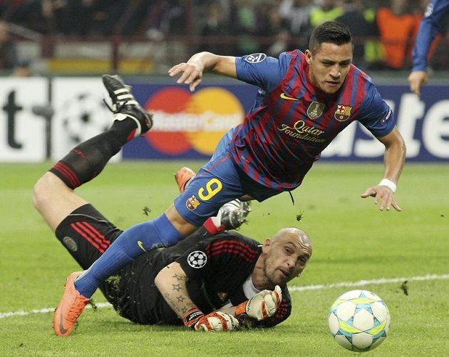 Útočník Barcelony Alexis Sanchez přifilmovává pád po střetu s brankářem AC Milán Christianem Abbiatim.