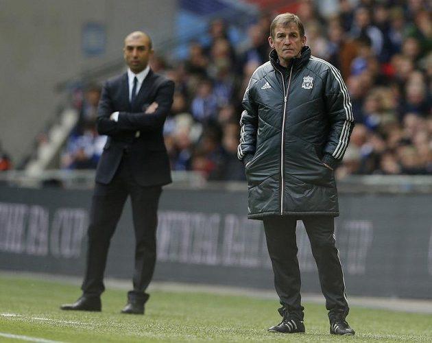 Kouč Liverpoolu Kenny Dalglish (vpravo) a v pozadí jeho kolega z Chelsea Roberto Di Matteo v průběhu finále.