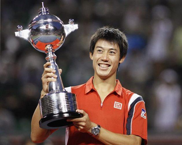 Japonec Kei Nišikori s vítězným pohárem.