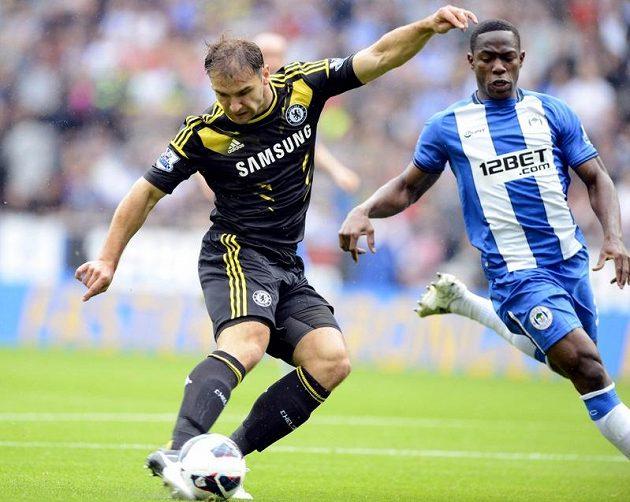 Branislav Ivanovič (vlevo) střílí první gól Chelsea v zápase s Wiganem.