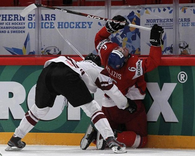 Oskars Bartulis z Lotyšska narazil na mantinel Tomáše Mojžíše.