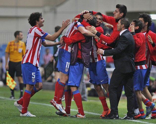 Cristian Rodríguez z Atlétika Madrid (s číslem 11) v objetí spoluhráčů poté, co vstřelil vítězný gól do sítě Plzně.