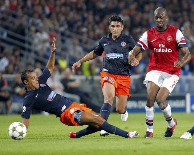 Hilton (vlevo) a Jamel Saihi z Montpellieru zkoušejí zastavit Abou Diabyho z Arsenalu