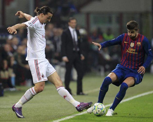 Zlatan Ibrahimovič z AC Milán (vlevo) v souboji s Gerardem Piquem z Barcelony ve čtvrtfinále Ligy mistrů.