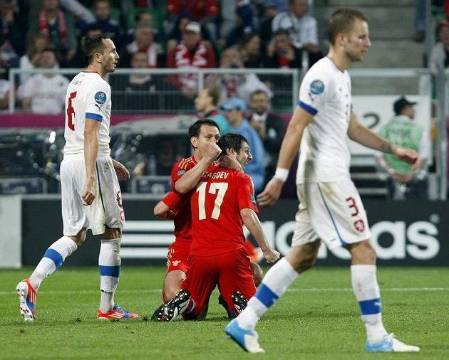 Alan Dzagojev se raduje ze své druhé trefy v utkání, výraz Michala Kadlece (vpravo) a Tomáše Sivoka svědčí o všem