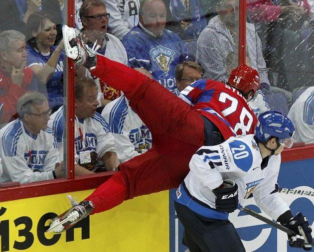 Alexander Sjomin si takhle naskočil na Janneho Pesonena