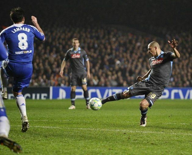 Gokhan Inler z Neapole stříli gól proti Chelsea v odvetě osmifinále Ligy mistrů.
