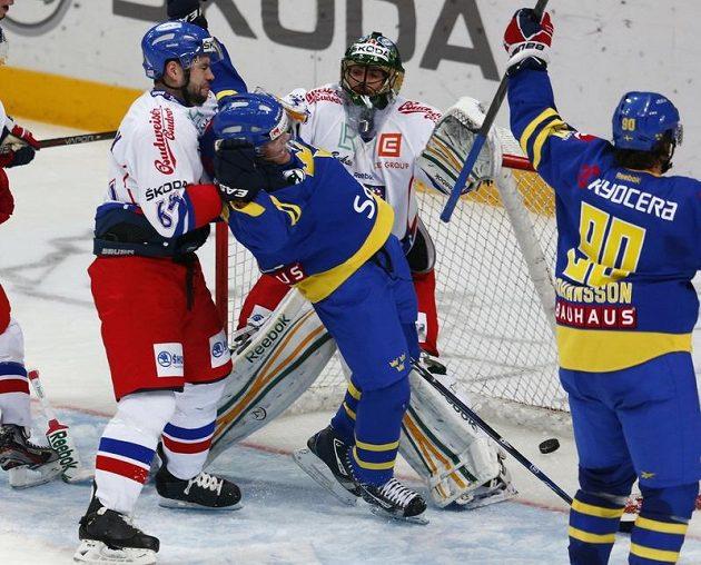 Marcus Johansson se společně s Patricem Hörnqvistem radují z dalšího gólu v brance Alexandera Saláka, zasáhnout nestačil ani obránce Roman Polák