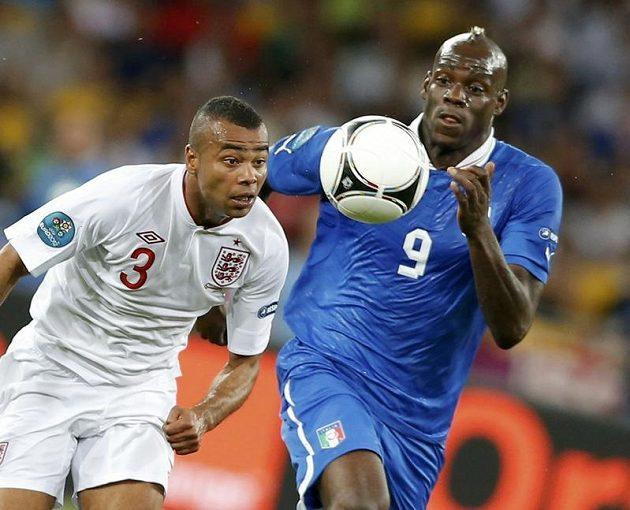 Kontroverzní italský útočník Mario Balotelli (vpravo) zkouší upláchnout Ashleymu Coleovi