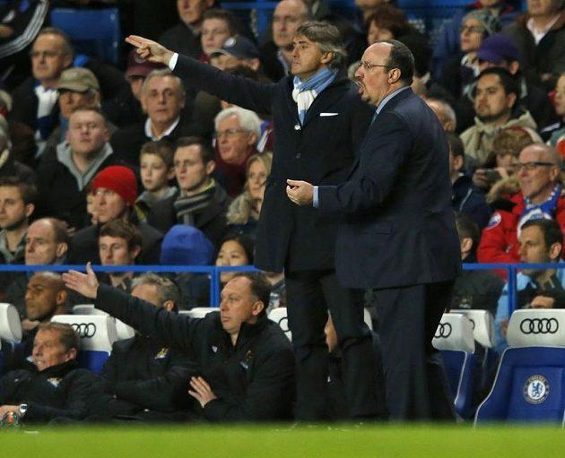 Španěl Rafael Benítez (v popředí první zprava) vedl poprvé fotbalisty Chelsea. Za ním kouč Manchesteru City Roberto Mancini.