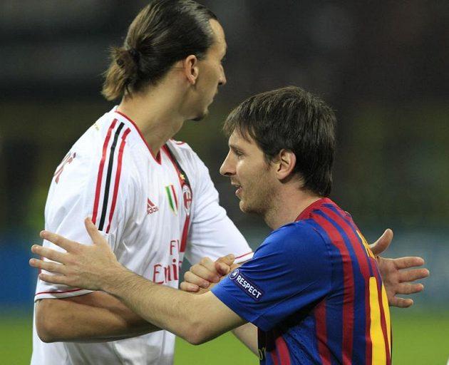 Zlatan Ibrahimovič z AC Milán (vlevo) podává ruku Lionelu Messimu z Barcelony v úvodním čtvrtfinále Ligy mistrů.