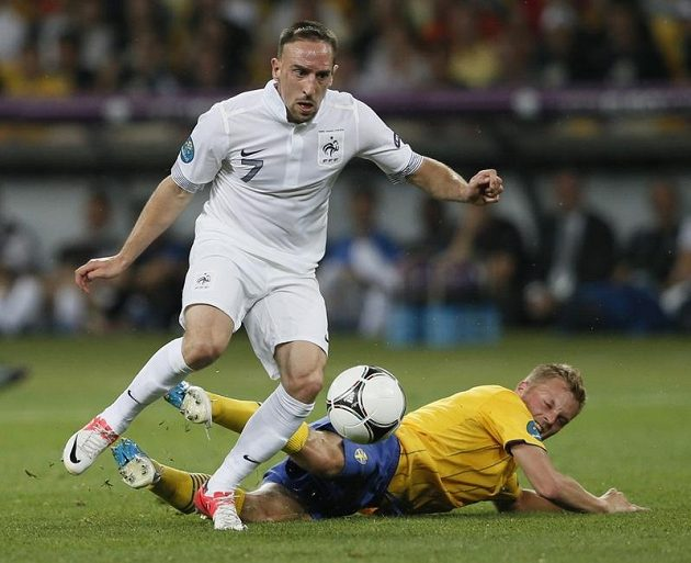 Franck Ribéry (vlevo) v souboji se Švédem Sebastianem Larssonem
