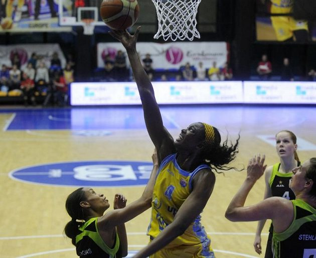 Hráčka Brna Jasmine Thomasová (vlevo) se snaží ubránit Delishu Milton-Jonesovou z USK Praha