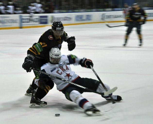 Čtvrtfinále play-off Kontinentální hokejové ligy Atlant Mytišči - Petrohrad. V popředí útočník Petrohradu Petr Průcha.