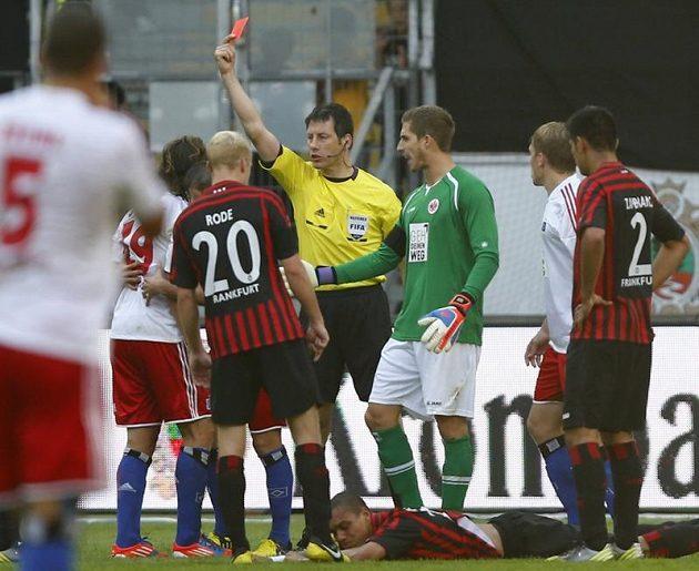 Petr Jiráček z Hamburku (druhý zleva) vidí červenou kartu.