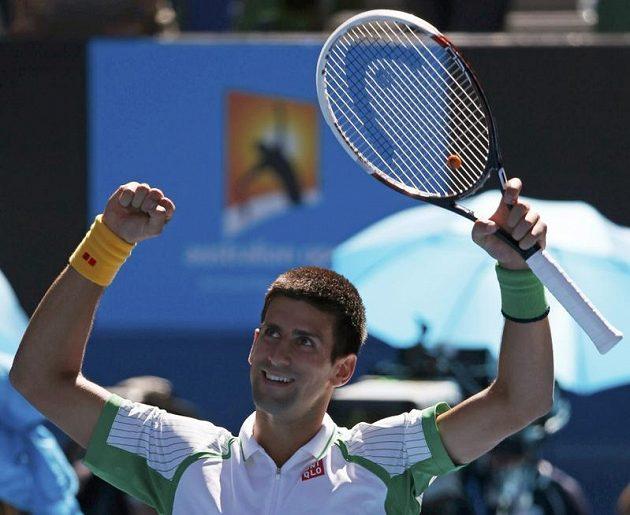 Srbský tenista Novak Djokovič se raduje na Australian Open z postupu do druhého kola.