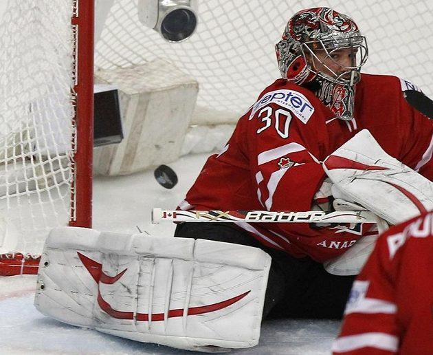 Kanadský brankář Cam Ward je překonán ve čtvtfinále se Slovenskem.