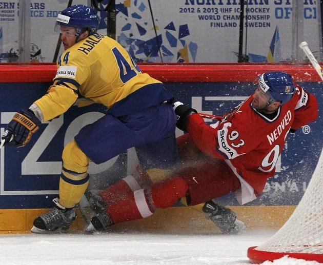 Švéd Niklas Hjarmarsson v souboji s Petrem Nedvědem.
