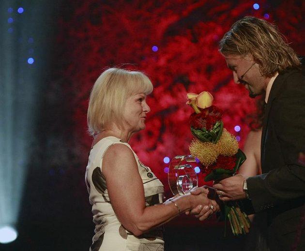 Eva Eratová přebírá od Davida Moravce cenu pro syna Martina.