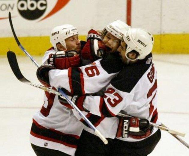 Grant Marshall (vlevo), Patrik Eliáš (uprostřed) a Scott Gomez z New Jersey Devils se radují z Eliášova gólu v play off 2003.