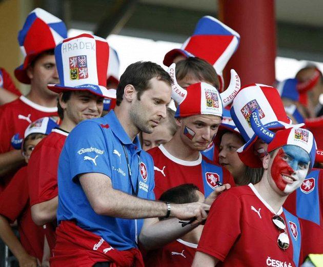 Petr Čech rozdává českým fanouškům podpisy.