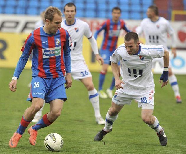 Daniel Kolář (vlevo) z Viktorie a Tomáš Marek z Baníku v dohrávce 23.kola Gambrinus ligy.