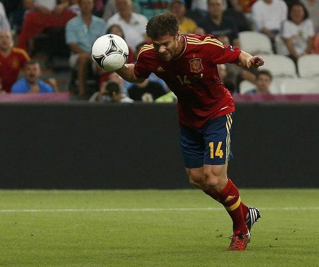 Španěl Xabi Alonso střílí úvodní gól čtvrtfinálového duelu proti Francii