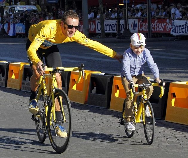Bradley Wiggins na Champs Elysees se synem Benem