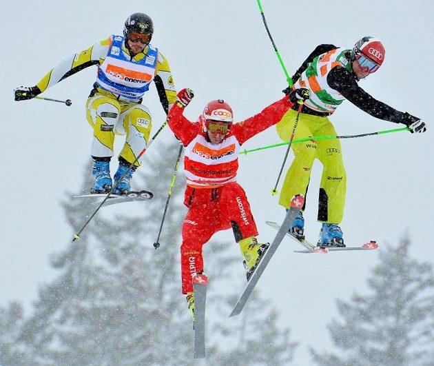 Skikrosaři Nick Zoricic z Kanady (vlevo), Armin Niederer ze Švýcarska (uprostřed) a Simon Stickl z Německa.