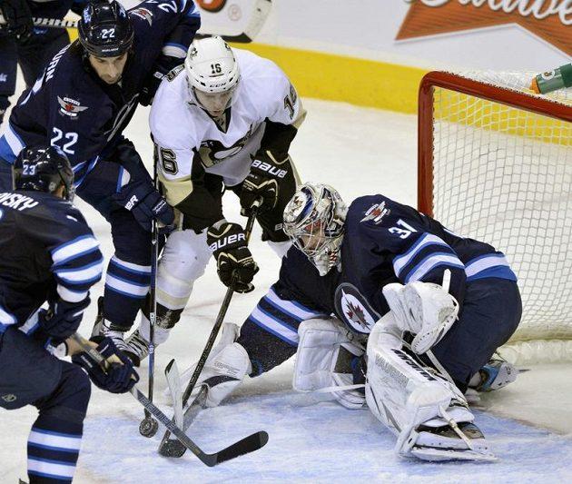 Gólman Winnipegu Ondřej Pavelec v utkání s Pittsburghem Jets podržel.