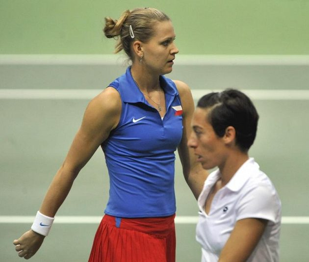 Lucie Šafářová (vlevo) a Francesca Schiavoneová.
