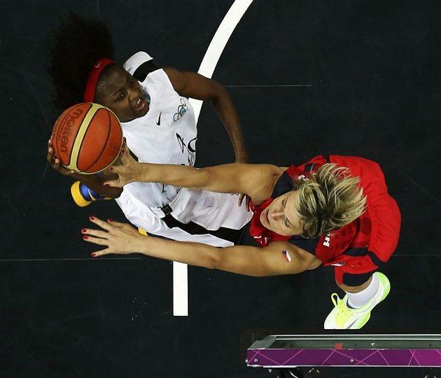 Hana Horáková (vpravo) bojuje pod košem o míč s Madalenou Felixovou z Angoly