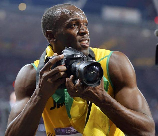 Showman Bolt. Po olympijském triumfu v běhu na 200 m si vypůjčil od jednoho z fotografů jeho aparát a začal fotit sám