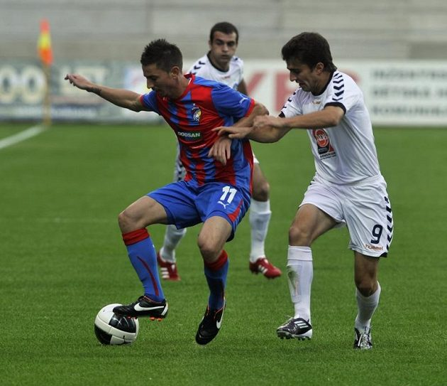 Edgar Malakjan (vpravo) v souboji s plzeňským Milanem Petrželou v loňské pohárové konfrontaci.
