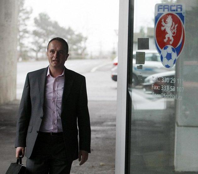 Předseda disciplinární komise FAČR Jiří Golda přichází na jednání disciplinární komise FAČR.