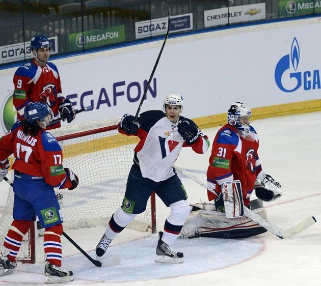 Útočník Slovanu Bratislava Mário Bližnák (druhý zprava) překonal brankáře Lva Jakuba Štěpánka. Zleva přihlížejí Aleksandrs Niživijs a Jiří Hunkes.