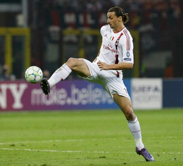 Útočník AC Milán Zlatan Ibrahimovič ve čtvrtfinále Ligy mistrů proti Barceloně.