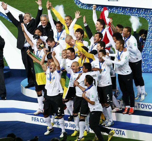 Hráči Corinthians oslavují svůj triumf v klubovém mistrovství.