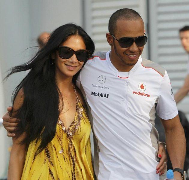 Brit Lewis Hamilton s přítelkyní Nicole Scherzingerovou před GP Malajsie.