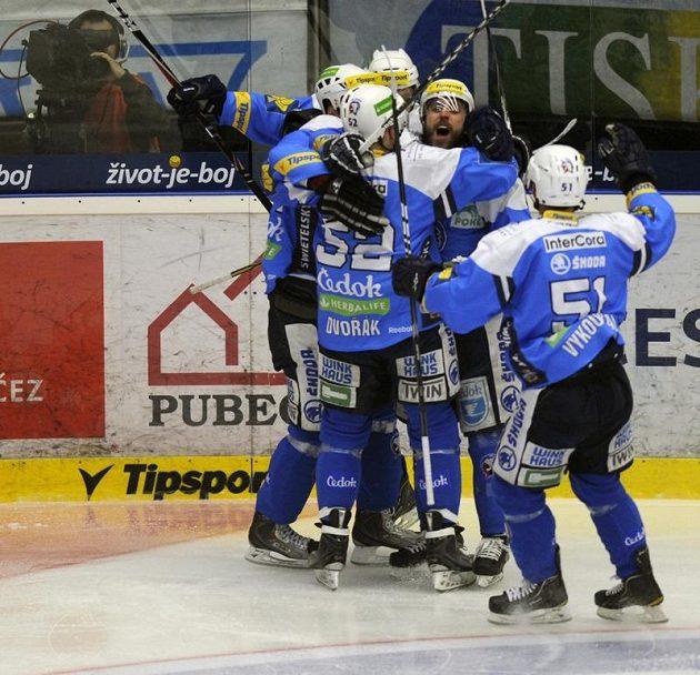 Hokejisté Plzně se radují z branky v semifinále extraligy.
