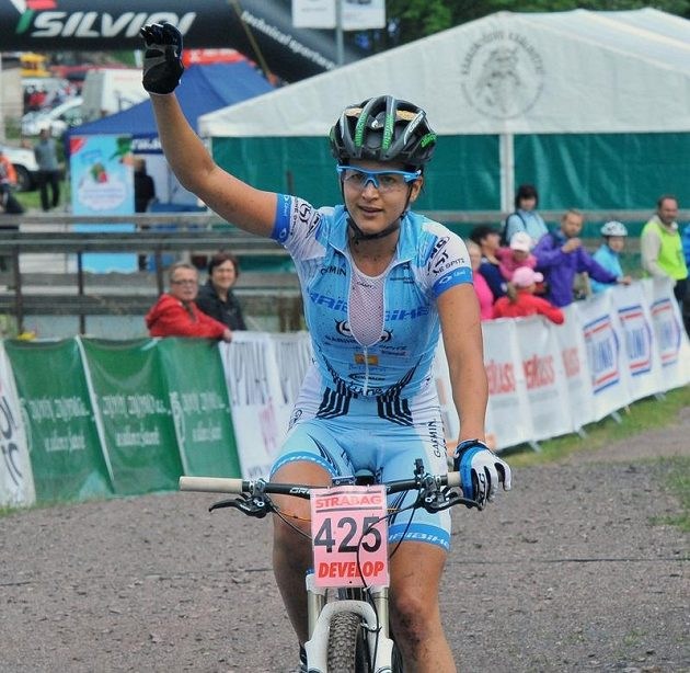 Tereza Huříková se raduje z vítězství v závodě mistrovství ČR v cross country.