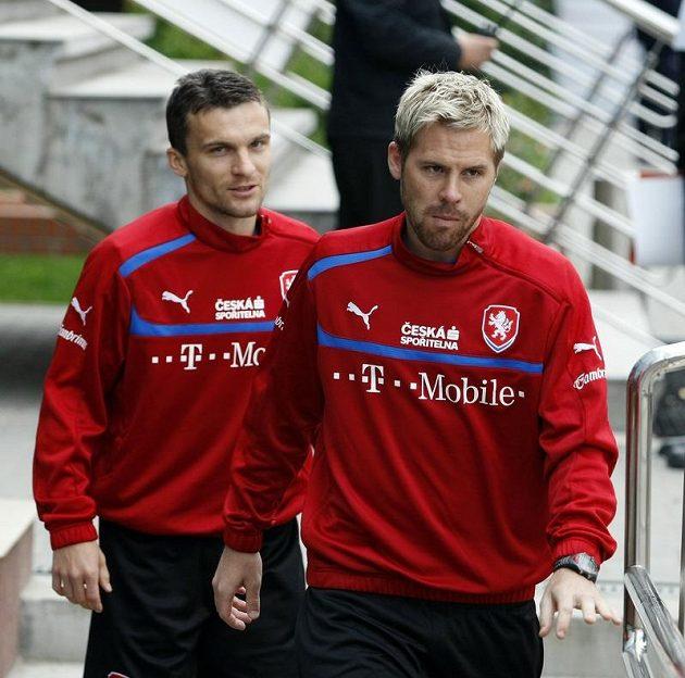 Tomáš Hübschman a David Lafata přicházejí na trénink v polské Vratislavi