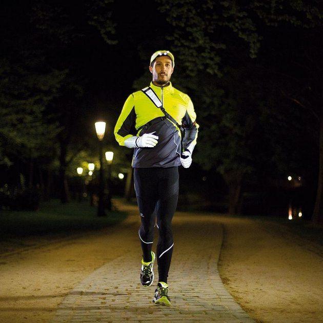 S dalšími reflexními prvky vytváří rukavice z běžce nepřehlédnutelnou postavu.